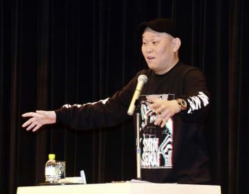 軽妙な語り口で会場を沸かせた千原せいじさん=3月21日、福井県福井市のフェニックス・プラザ