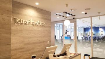 神戸市内のビル1階にオープンしたFC1号店の「テトラフィットホワイト神戸三宮店」(ワンダーコーポレーション提供)