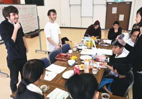 韻を踏む単語を使って詩を作る言葉遊びを楽しむ参加者