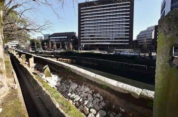 熊本地震で傾き、蛇行した状態になった基礎石(中央)。上にあった長塀は撤去されている=2018年12月27日撮影