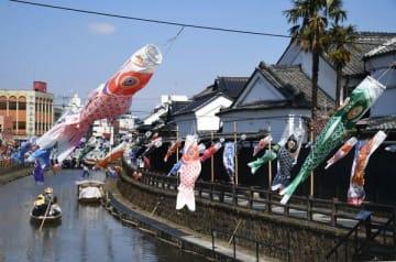 川風に揺れるこいのぼり=21日午後1時、栃木市湊町