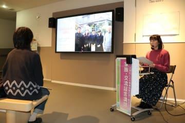 丸田さんの体験を伝える坂本さん=長崎原爆資料館