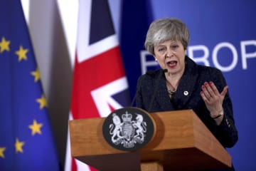 22日、記者会見する英国のメイ首相=ブリュッセル(AP=共同)