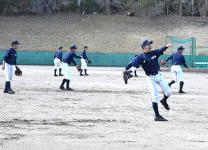 元気よくキャッチボールする桐蔭学園ナイン