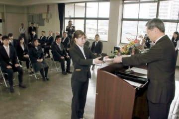 遠藤社長(右)から辞令を交付される新入社員