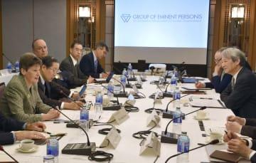 「賢人会議」の第4回会合に臨む、白石隆座長(右端)とアンゲラ・ケイン委員(左端)ら=22日午前、京都市