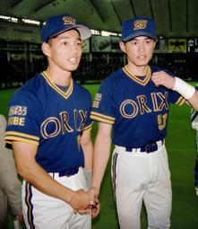 1995年4月4日 決勝本塁打を放ったオリックス・田口壮(左)はイチローと握手=東京ドーム