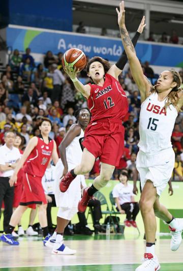 リオデジャネイロ五輪バスケットボール女子準々決勝の米国戦でゴールを狙う吉田(12)=2016年8月、リオデジャネイロ(共同)