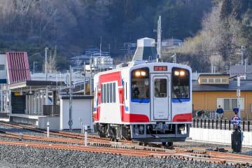試運転で陸中山田駅を出発する三陸鉄道の車両=19日午後4時ごろ、岩手県山田町