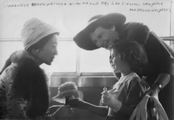 1960年、米ニューヨークを訪問された美智子妃と歓談するベアテ・ゴードンさん(右奥)と長女のニコルさん(右手前)(ニコルさん提供・共同)