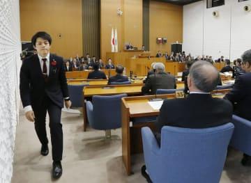 辞職勧告決議案の採決前に、議場から退席する青森市の山崎翔一市議(左端)=22日午後、青森市