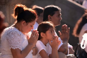 月に一度の満月祭「ポヤ·デー」を迎える スリランカ