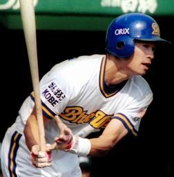 「がんばろうKOBE」のワッペンをユニホームを付けてプレーするイチロー外野手=1995年、グリーンスタジアム神戸