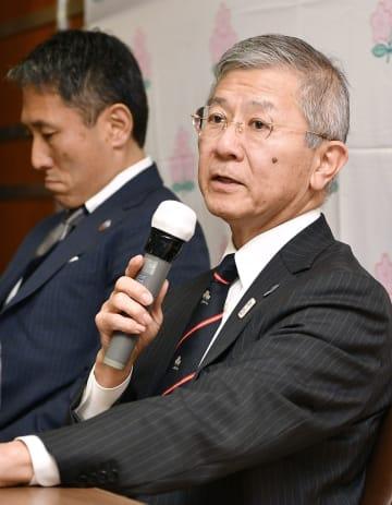 記者の質問に答える日本ラグビー協会の坂本典幸専務理事。左はサンウルブズの渡瀬裕司CEO=22日午後、東京都内