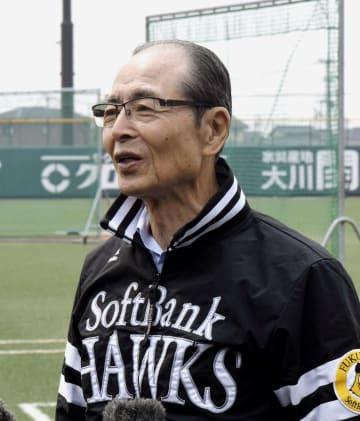 イチローの現役引退について取材に応じるソフトバンクの王貞治球団会長=22日、福岡県筑後市