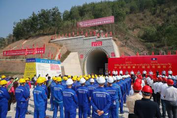 中国·ラオス鉄道のボーテン·トンネルが貫通