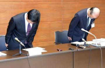 記者会見の冒頭、謝罪する茨城県取手市の藤井信吾市長(左)と市教育委員会の伊藤哲教育長=22日午後、同市議会