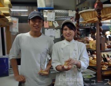 パン職人の世界一に向け、意気込む大沢さん(左)と久保田さん