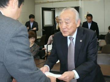JR駅の無人化は障害者差別に当たる」として、県の担当者に文書を提出する徳田靖之弁護士(右)=22日、県庁