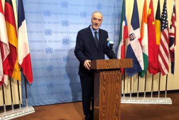 22日、ニューヨークの国連本部で記者会見するシリアのジャファリ国連大使(ロイター=共同)