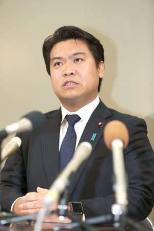 記者会見で、自民党に入党した経緯などを説明する鷲尾英一郎衆院議員=22日、県庁