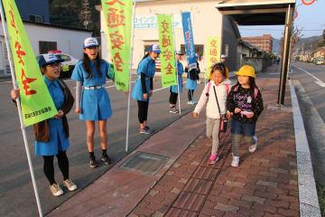 朝の登校時に交通安全を呼び掛ける少年団のメンバー(左側)=西海市大島町