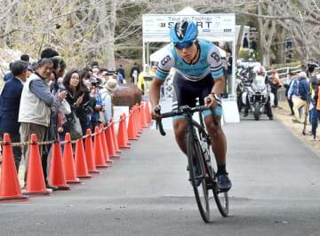 第1ステージで行われた個人タイムトライアル=22日午後、真岡市の井頭公園特設コース