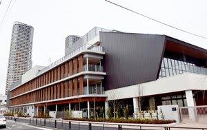高層マンションが林立する武蔵小杉駅近くに新設された小杉小学校=川崎市中原区