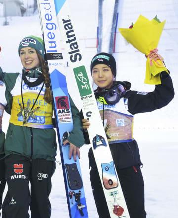 W杯ジャンプ女子個人第23戦で3位に入った高梨沙羅(右)=チャイコフスキー(共同)