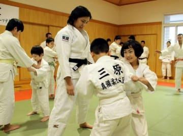 田知本さん(中央)のアドバイスを受けながら練習する団員