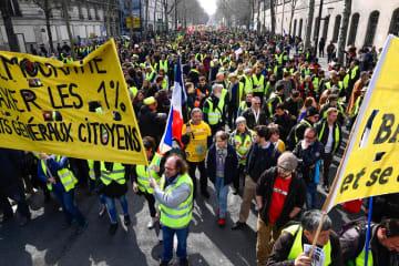 23日、フランス・パリでの抗議デモで行進する参加者(ゲッティ=共同)