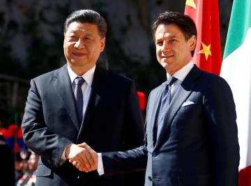 握手する中国の習近平国家主席(左)とイタリアのコンテ首相=23日、ローマ(ロイター=共同)