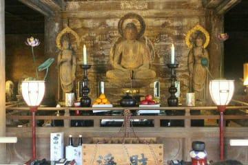 約100年ぶりに大堂内でそろい踏みした阿弥陀三尊像=豊後高田市田染蕗の富貴寺