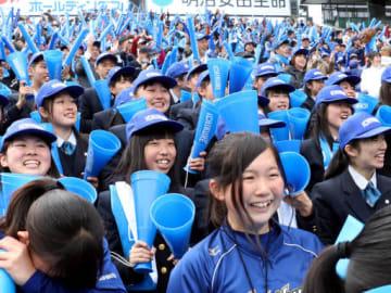 九回に同点に追い付き、喜びを爆発させる呉の生徒たち