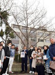 「彩花桜」の周りに集まったかつての同級生やその保護者、教諭ら=23日午後、神戸市須磨区竜が台6(撮影・吉田敦史)