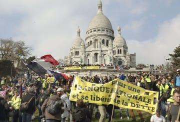 23日、パリ・モンマルトルに到着した黄色いベスト運動のデモ隊(共同)
