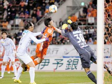 【愛媛FC―長崎】後半、クロスに飛び込む愛媛FC・田中(中央)。わずかに届かなかった=ニンスタ