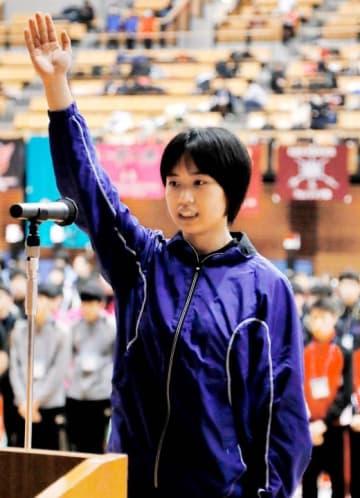 フェンシングの開会式で選手宣誓する三島の石川主将=県武道館