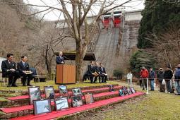 小雪が舞う中で開かれた、引原ダム完成60周年の記念式典=宍粟市波賀町日ノ原