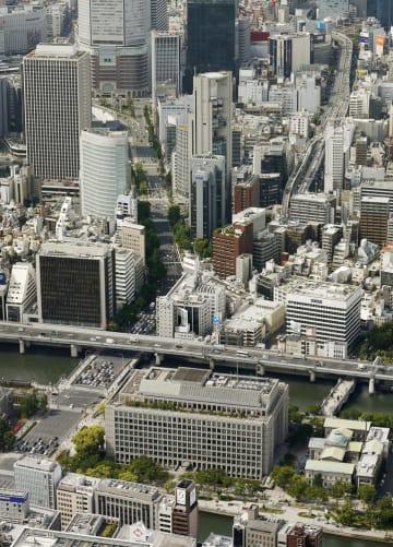 大阪市役所(手前)