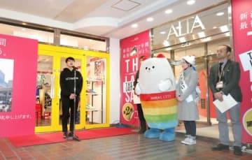閉店のあいさつをする新潟アルタの市田宗雄店長(左)。多くの客が名残を惜しんだ=24日、新潟市中央区