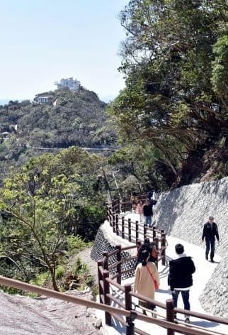展望台(写真奥)への遊歩道を行き交う観光客=南大隅町佐多馬籠の佐多岬
