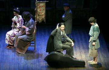 劇団こまつ座公演「イーハトーボの劇列車」の一場面=24日、大分市のJCOMホルトホール大分