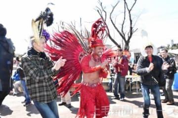 世界の料理と踊り楽しむ 大泉で「グルメ横丁」シーズン始まる