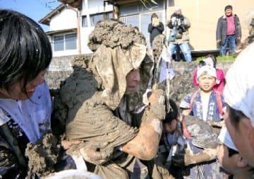 「泥打ち祭り」今年は豊作 朝倉・阿蘇神社 [福岡県]