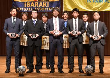 県社会人サッカーリーグの表彰選手=那珂市中央公民館