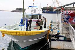 漁業体験見学船の「第八ふじなみ」=姫路市白浜町