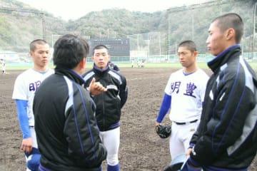 練習試合で調整した4投手ら。左から狭間、赤峰部長、寺迫、吉開、大畑=和歌山県マツゲン有田球場