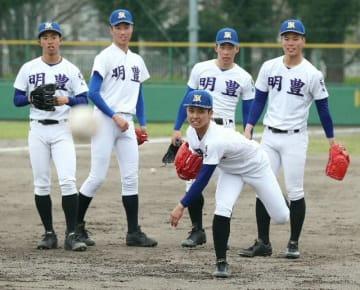 守備練習をする明豊の投手陣=兵庫県伊丹市の伊丹スポーツセンター
