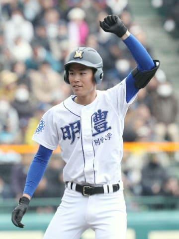 8回表明豊2死満塁、走者一掃の二塁打を放ち塁上でガッツポーズをする藪田
